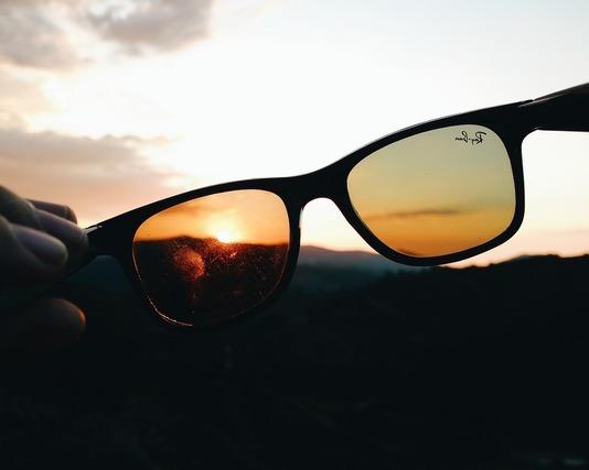 色の薄いサングラス