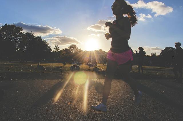 朝ジョギングしている女性