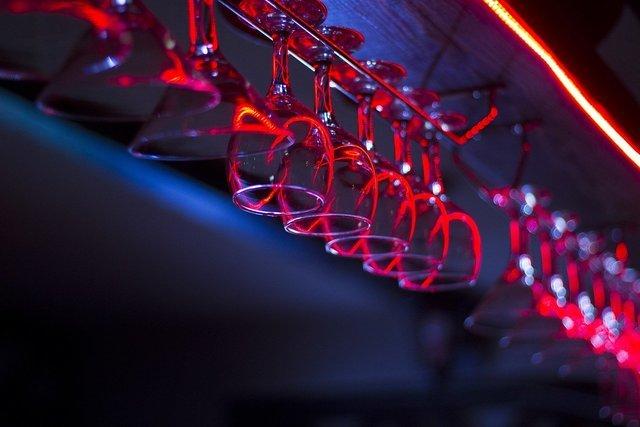 グラススタンドにかけられたワイングラス