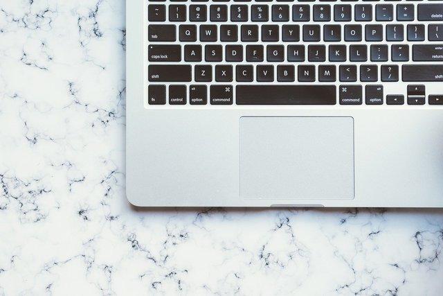大理石柄のテーブルとパソコン