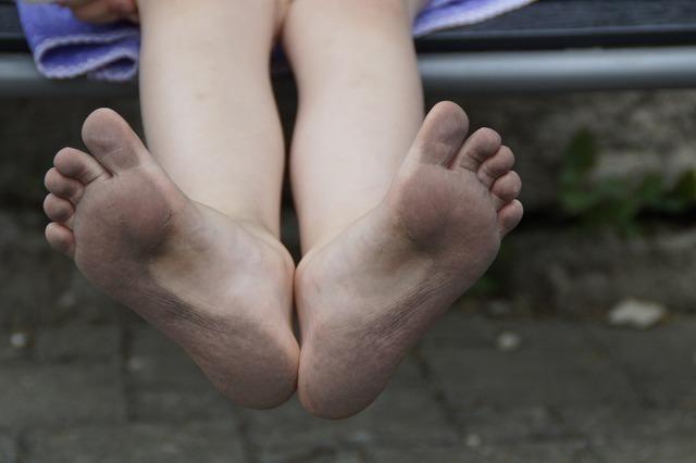 土踏まずが未完成な子供の足