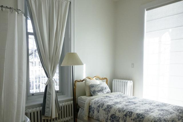 窓際のおしゃれなベッド