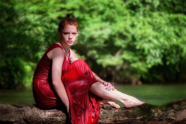 赤いワンピースの女性