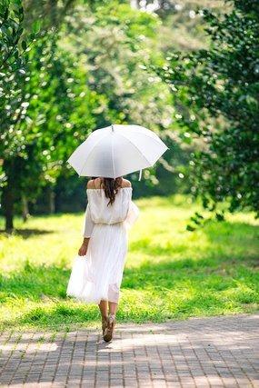 日傘をさす女性の後ろ姿
