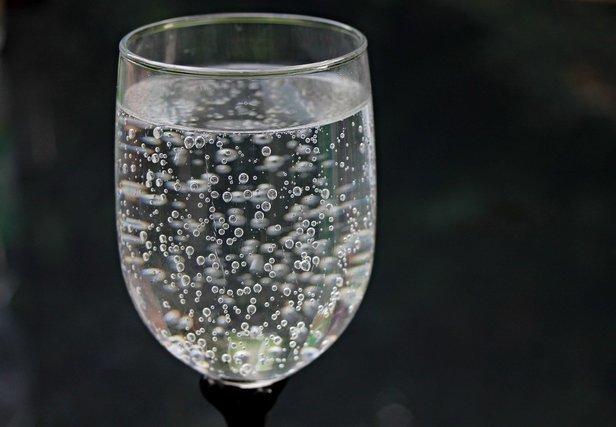 グラスに入った炭酸水