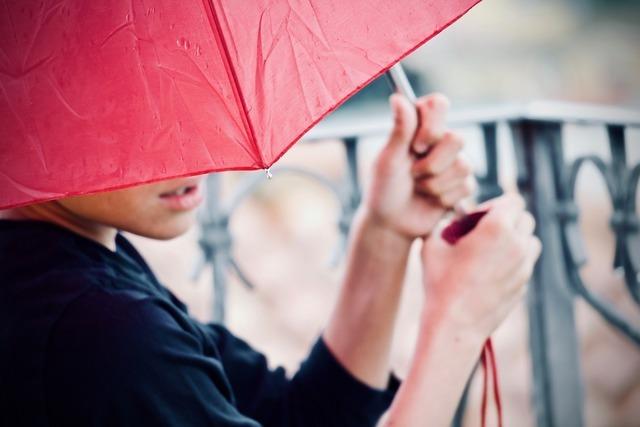 赤い傘をさす人