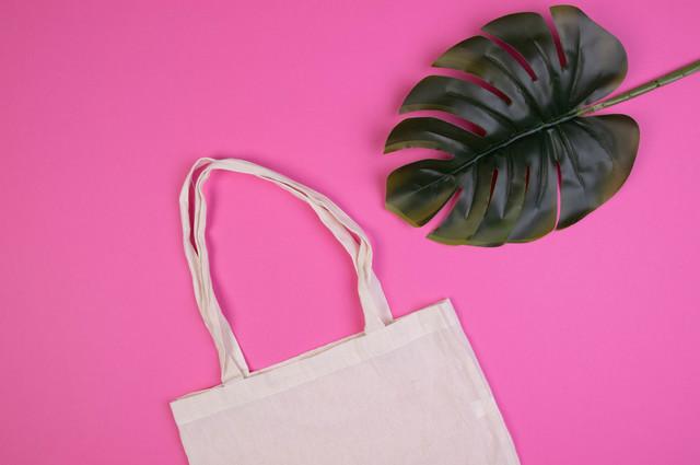 シンプルな白色のトートバッグ