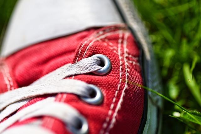 靴紐が捻れたスニーカー