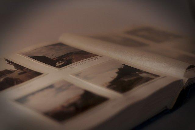 アルバムに貼られた写真