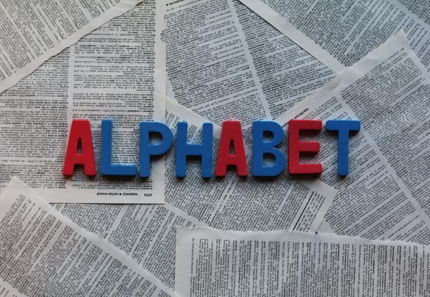 赤と青のアルファベットオブジェ