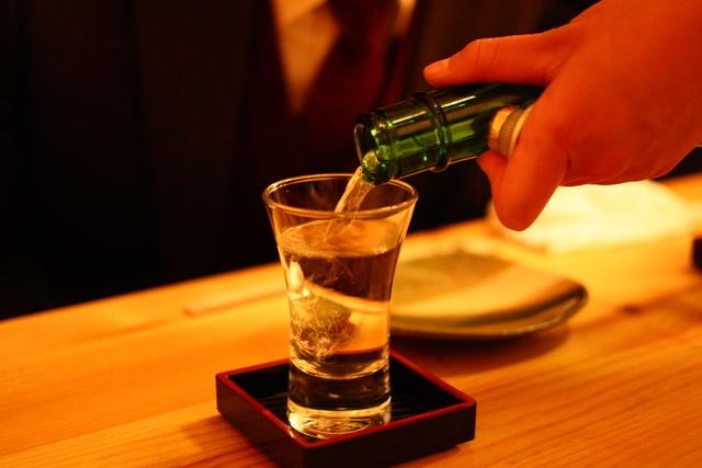 グラスに日本酒を注ぐ様子