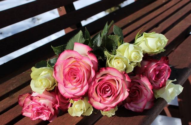 2色のバラの花束
