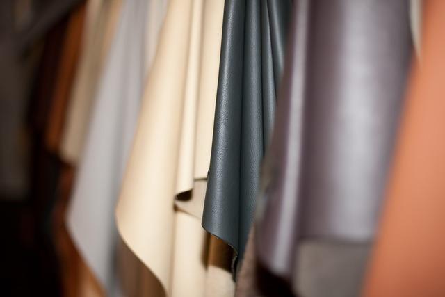 様々な色の革素材