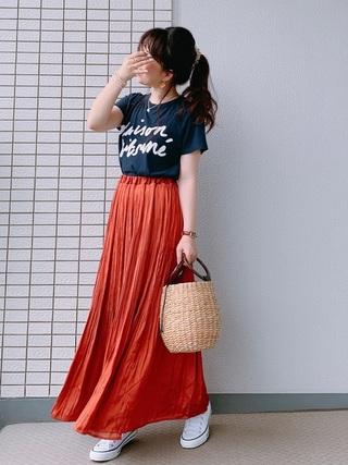 スカート×ロゴTシャツ