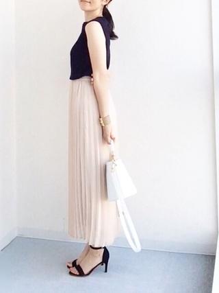 シフォンプリーツスカートを着た女性