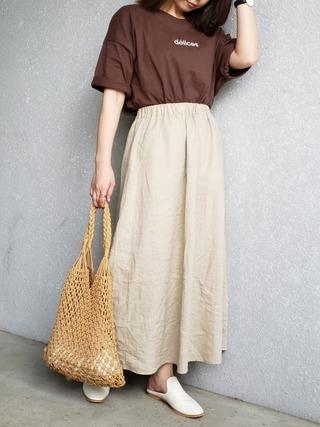 ブラウンT×白スカート