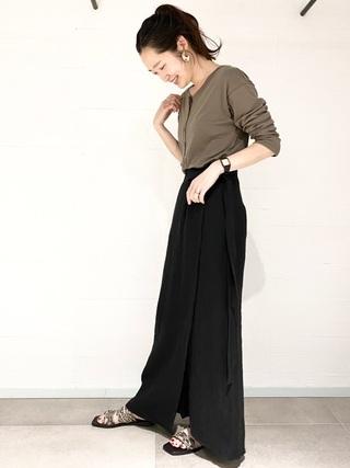 ヘンリーネックシャツ×黒スカート