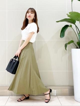 白T×グリーンスカート
