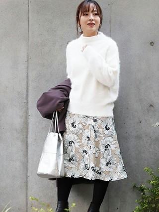 白ニット×花柄フレアスカートコーデ