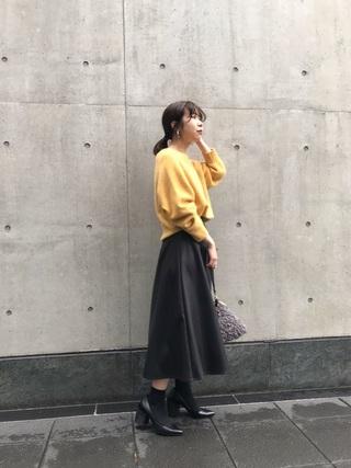 黄色ニット×黒レザースカートコーデ