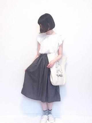 白シャツ×グレースカート