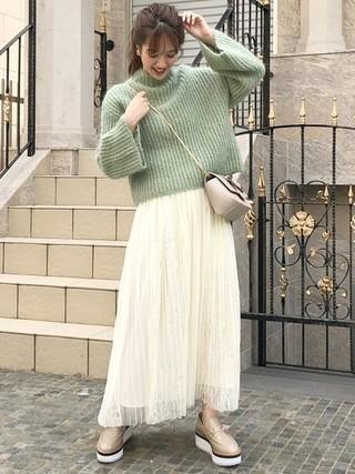 緑ふわふわニット×白スカートコーデ