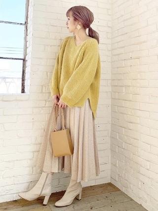 黄色ふわふわニット×プリーツスカートコーデ