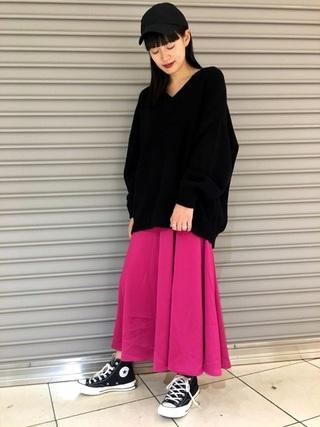 黒ニット×ピンクスカートコーデ