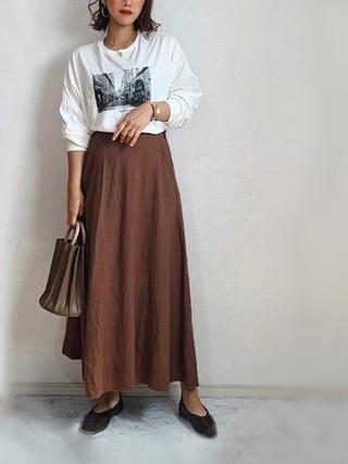 白T×ブラウンスカート