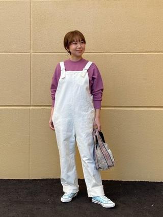 紫スウェット×白サロペットコーデ