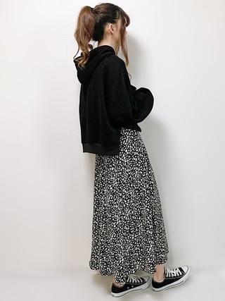 黒パーカー×レオパード柄ロングスカートコーデ