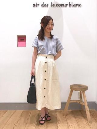 ストライプシャツ×白スカート