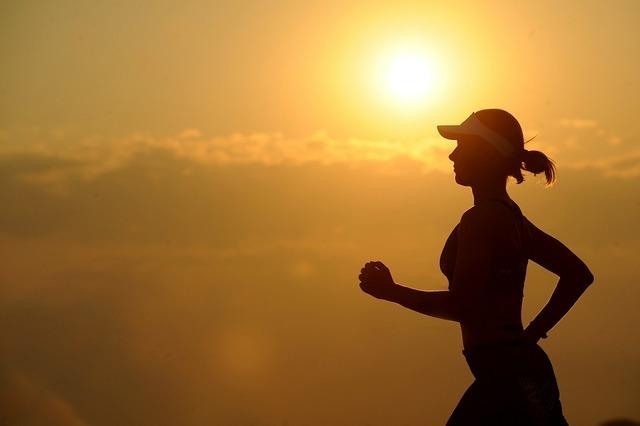 夕方ジョギングしている女性