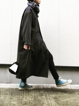黒ロングコート×黒スキニーパンツコーデ