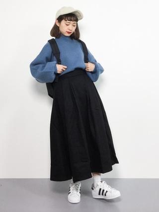 青ニット×黒フレアスカートコーデ