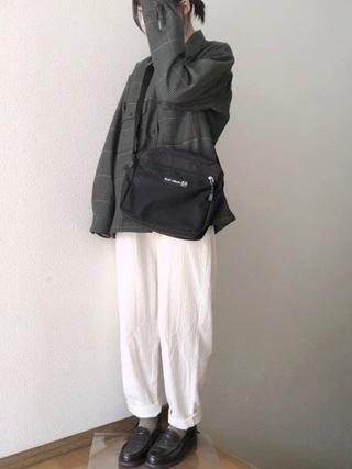 グレーチェックシャツ×白パンツコーデ