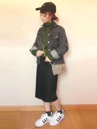 デニムジャケット×黒タイトスカートコーデ