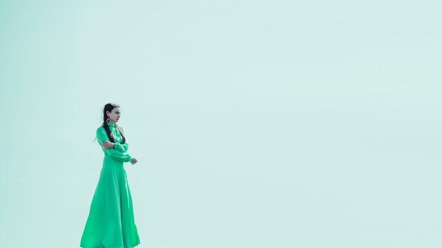 グリーンドレスの女性