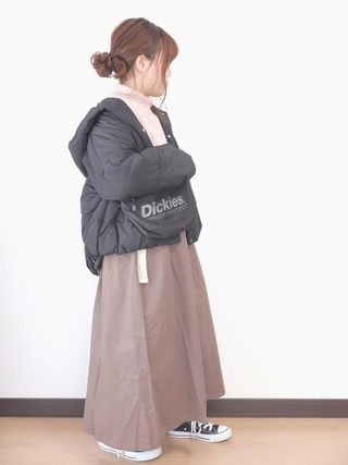 黒ダウンジャケットとスカート