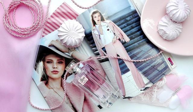 雑誌とピンクの小物