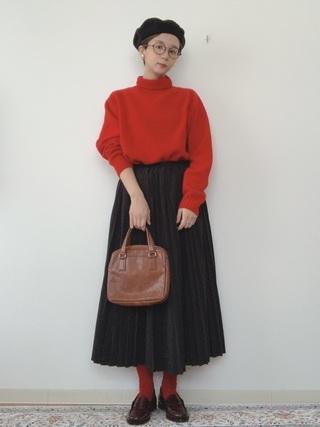 赤タートルネックニット×黒プリーツスカートコーデ