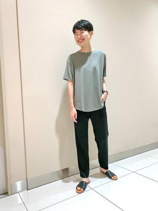 グリーンとろみTシャツ×黒サテンパンツコーデ