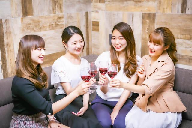 女性4人が乾杯している様子