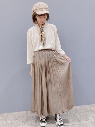 スカーフ×サテンスカート