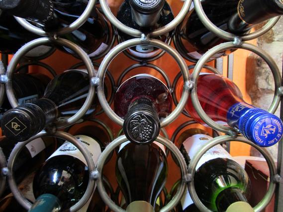 ワイヤーラックに収納されたワイン