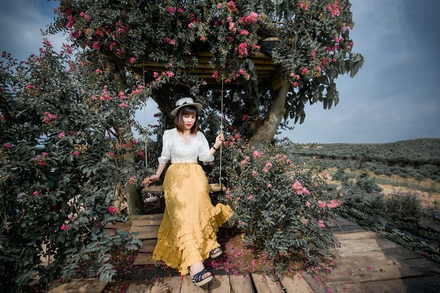 黄色いスカートの女性