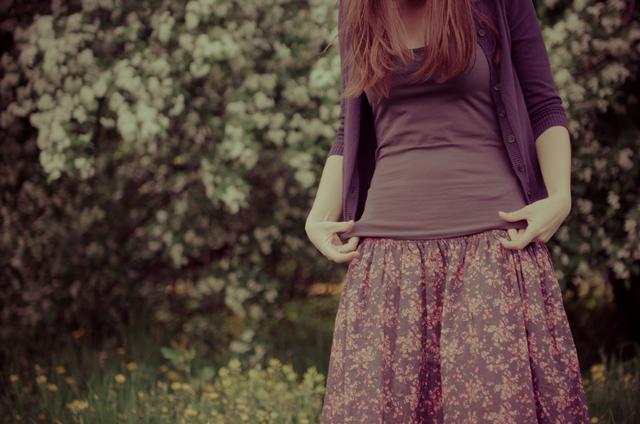柄スカートの女性