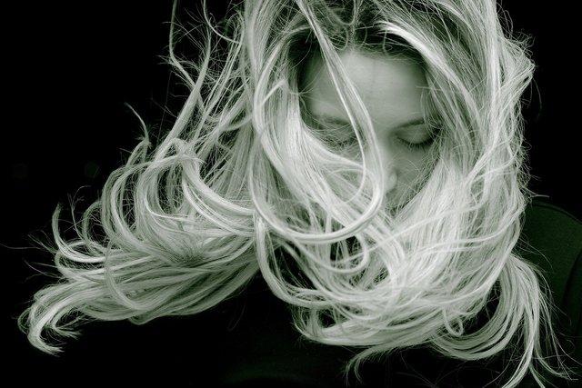 風に吹かれる女性