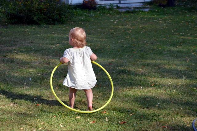 子ども用のフラフープを使う女の子