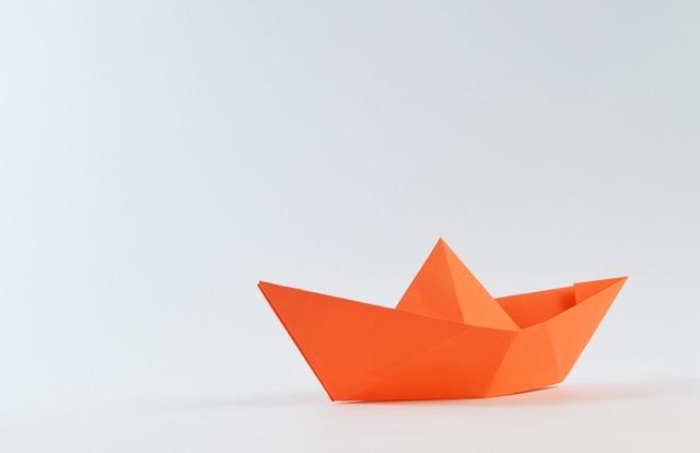 折り紙で作られた船